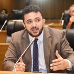 Não adianta fechar escolas se hospitais continuarem lotados, afirma deputado Yglésio