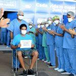 """""""Eu nasci de novo"""", diz primeiro paciente do Hospital de Campanha ao receber alta"""