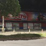 IMAGEM DO DIA: Mateus coloca faixa para clientes do supermercado Assaí não estacionarem em frente a sua loja