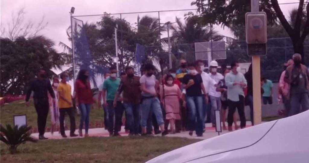 Ev_IONeWEAUEsnL No Maranhão, Flávio Dino ignora à pandemia ao participar de inauguração de praça em meio a um decreto de medidas restritivas